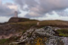 Der Llanddwyn-Inselleuchtturm, Twr Mawr bei Ynys Llanddwyn auf Anglesey, Nord-Wales stockfotografie