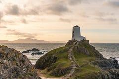 Der Llanddwyn-Inselleuchtturm, Twr Mawr bei Ynys Llanddwyn auf Anglesey, Nord-Wales stockbilder