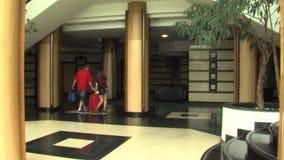 In der Lobby des Hotel komplexen Smaragds in Ravda, Bulgarien stock footage