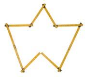 Der lokalisierte Faltenmachthaber, gelbe Tischler ` s Regel mit Zentimeter nummeriert Lizenzfreie Stockbilder