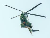 Der Luftfahrt-Tag nahe Flieger-Statue Hubschrauber in der Luft Bucharest, Rumänien stockfoto