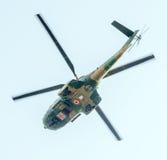 Der Luftfahrt-Tag nahe Flieger-Statue Hubschrauber in der Luft Bucharest, Rumänien stockfotos