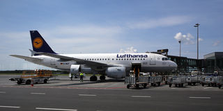 Der Lufthansa-Luftverkehrsgesellschaftsjet nach Ankunft Stockfotografie