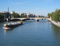 Der Luftschlitz Museum& Eiffelturm in dem Seine-Fluss Stockbilder