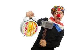 Der lustige Clown mit Hammer und Uhr auf Weiß Stockfotografie