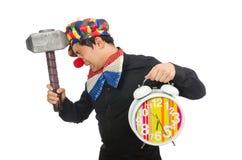 Der lustige Clown mit Hammer und Uhr auf Weiß Stockfotos