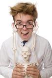 Der lustige Doktor mit dem Skelett lokalisiert auf Weiß Lizenzfreie Stockfotos