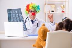 Der lustige Kinderarzt mit kleinem Mädchen an der regelmäßigen Überprüfung lizenzfreie stockbilder