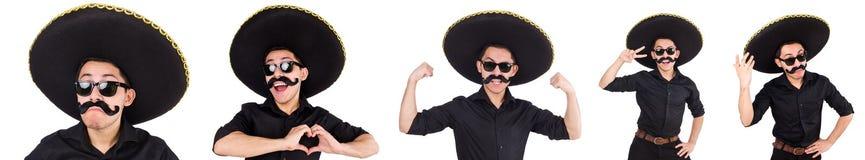 Der lustige Mann, der den mexikanischen Sombrerohut lokalisiert auf Weiß trägt Stockfotografie