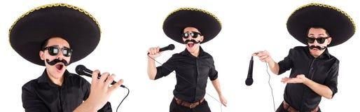Der lustige Mann, der den mexikanischen Sombrerohut lokalisiert auf Weiß trägt stockfoto