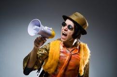 Der lustige Mann mit dem Lautsprecher Stockfotos