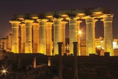 Der Luxor-Tempel außen in Ägypten bis zum Nacht lizenzfreie stockfotos