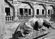 Der mächtige Panther in Mysore-Palast Stockbilder