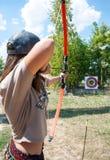 Der Mädchen Archeress strebt die Ziele auf Wettbewerb an lizenzfreie stockfotografie
