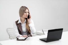 Der MädchenBüroangestellte wird gestört Rufe am Telefon und vergangen stockfotografie