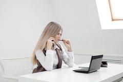 Der MädchenBüroangestellte wird gestört Rufe am Telefon und vergangen lizenzfreies stockbild