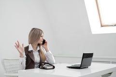 Der MädchenBüroangestellte wird gestört Rufe am Telefon und vergangen stockbild