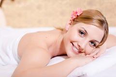 Der Mädchenbadekuren glückliches Lächeln u. Betrachten der schönen jungen blonden Frau attraktives Kamera-Nahaufnahmeporträt Lizenzfreie Stockfotografie