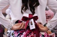 Der Mädchengriff ein Geschenk für Weihnachten Lizenzfreies Stockfoto