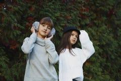 Der Mädchenlauf und -spiel lizenzfreie stockfotografie