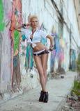 Der MädchenPunk, der nahe der Wand mit Graffiti steht Stockbilder