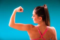 Der Mädchenschwimmer, der Muskeln zeigt, passte Körper Lizenzfreies Stockfoto