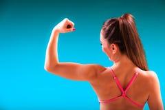 Der Mädchenschwimmer, der Muskeln zeigt, passte Körper Lizenzfreie Stockfotos