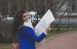 Der Mädchentourist mit Karte Stockfotos