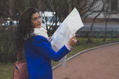 Der Mädchentourist mit Karte Stockfoto
