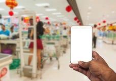 Der Männer usign Smartphone im Einkaufszentrum Lizenzfreie Stockbilder
