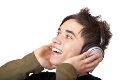 Der männliche Jugendliche, der Musik hört und singt laut Stockfotografie