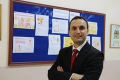 Der männliche Lehrer im Schulkorridor Stockfotos