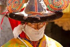 Der Mönch führt einen religiösen Tanz des schwarzen Hutes durch stockfotos