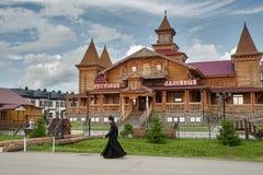 Der Mönch geht durch hölzernes Hotel Tobolsk Lizenzfreie Stockfotos