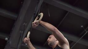 Der müde Eignungsmann, der Ring tut, taucht Übung in der Turnhalle ein stock video