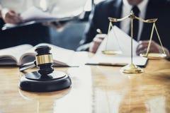 Der m?nnlicher Rechtsanwalt oder Ratgeber, die im Gerichtssaal arbeiten, haben Sitzung mit Kunden sind Beratung mit Vertragspapie lizenzfreies stockbild