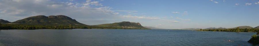 Der Magaliesberg Gebirgszug über dem Wasser des Hartbeesp stockbilder
