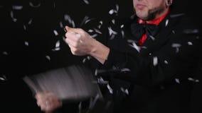 Der Magier tut einen Trick mit Papier und Fan stock video