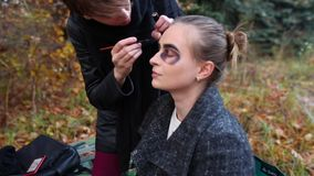 Der Make-upkünstler und -stilist, die Make-up tun, modellieren für Halloween stock video footage