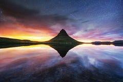 Der malerische Sonnenuntergang über Landschaften und Wasserfällen Kirkjufel Stockfotografie