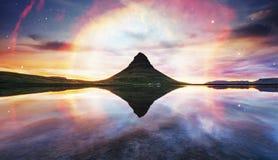 Der malerische Sonnenuntergang über Landschaften und Wasserfällen Kirkjufel Lizenzfreies Stockfoto