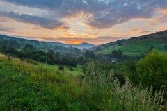 Der malerische Sonnenuntergang im Karpatendorf ist für seine Schönheit faszinierend stockbilder