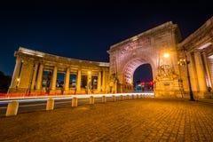 Der Manhattan-Br?cken-Bogen und die Kolonnade nachts, in Manhattan, New York City lizenzfreie stockfotos