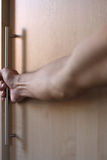 Der Mann öffnet durch eine Hand eine Tür Lizenzfreies Stockbild