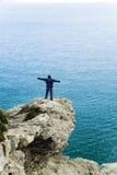 Der Mann auf dem Felsen Lizenzfreies Stockbild
