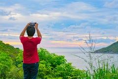 Der Mann, der auf dem Hügel steht Lizenzfreie Stockbilder