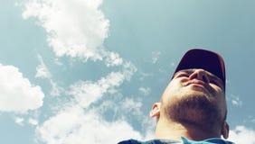 Der Mann auf dem Himmelhintergrund Lizenzfreie Stockfotografie