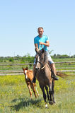 Der Mann auf dem Pferdeweg Lizenzfreies Stockfoto