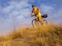 Der Mann auf einem Fahrrad stockbilder