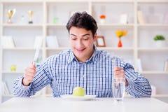 Der Mann auf speziellem Diät programm, zum des Gewichts zu verlieren stockbild